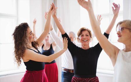 Group of senior people in dancing class with dance teacher. Standard-Bild - 131322978