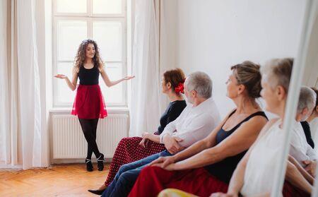 Group of senior people in dancing class with dance teacher. Standard-Bild - 131323076