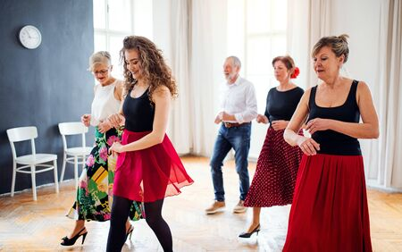 Group of senior people in dancing class with dance teacher. Standard-Bild - 131323468