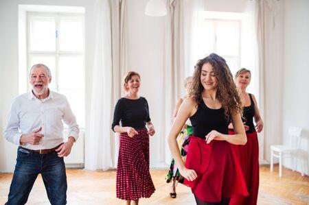 Group of senior people in dancing class with dance teacher. Standard-Bild - 131323467