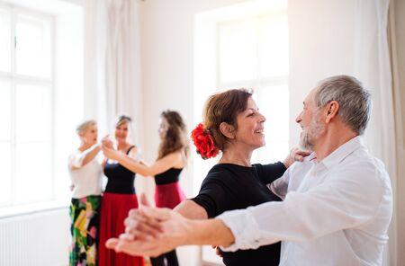 Group of senior people in dancing class with dance teacher. Standard-Bild - 131323478