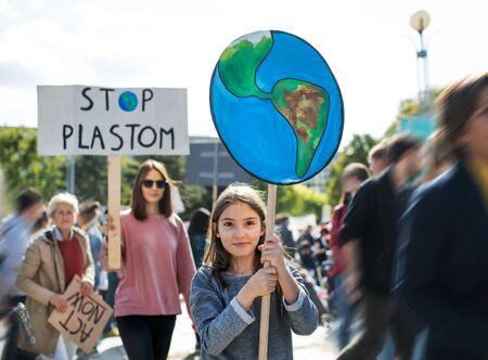 Menschen mit Plakaten und Plakaten im globalen Streik für den Klimawandel. Standard-Bild