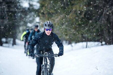 Gruppe von Mountainbikern, die im Winter draußen unterwegs sind. Standard-Bild