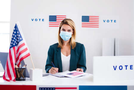 Member of electoral commission in polling place, usa elections and coronavirus. Standard-Bild
