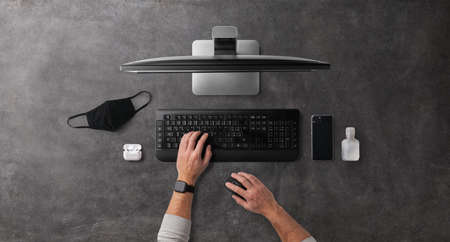 Flat lay top view desk working space with laptop, home office and concept. 免版税图像