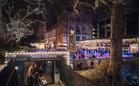 London, United Kingdon - Deceber 2 2018: Christmas tree and ice skating rink at night outside the Natural History Museum, Kensington, London, England, United Kingdom, Europe 版權商用圖片 - 126309776