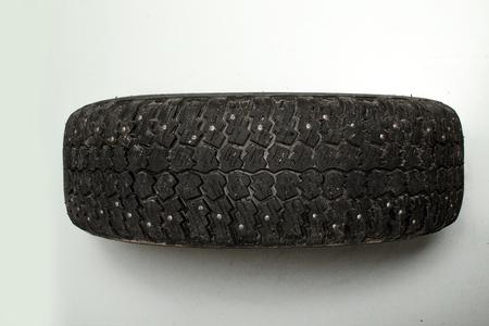 banda de rodamiento: la banda de rodadura del neum�tico de coche viejo desgastado sucio Foto de archivo
