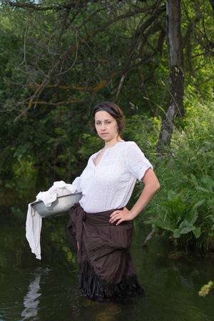 campesinas: campesina lava la ropa en el r�o cerca del bosque