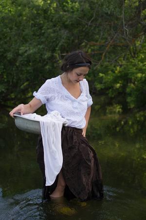campesino: campesina lava la ropa en el r�o cerca del bosque