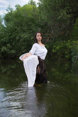 campesinas: campesina lava la ropa en el río cerca del bosque