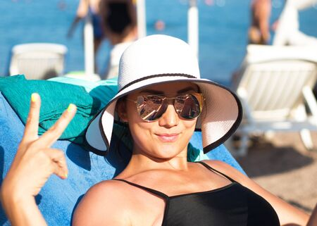 Girl in sunglasses on vacation at the seaside Banque d'images
