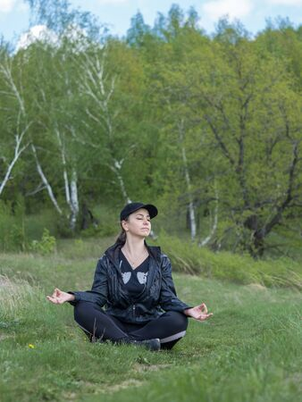 The girl is engaged in relaxation in nature Banque d'images