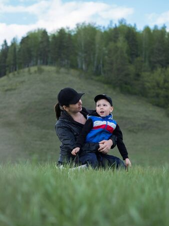 Mom and son play in nature Banque d'images