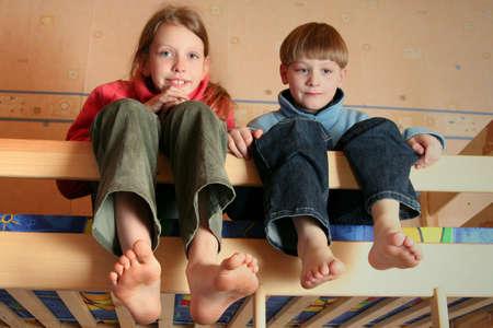 piedi nudi ragazzo: Felici i bambini in camera del bambino su un letti a castello  Archivio Fotografico