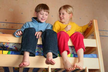 Felici i bambini in camera del bambino su un letti a castello