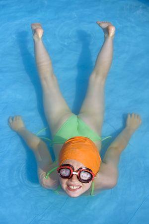 Poco a las niñas jugando º azul piscina infantil