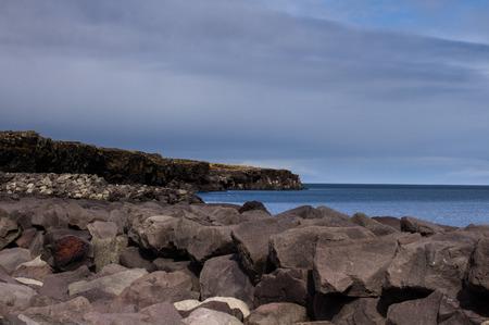 obrero: Acantilado en el puerto de Keflavik en Islandia