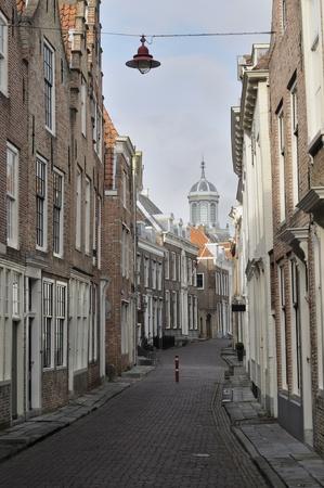 vieilles maisons dans verwerijstraat, Middelburg paysage urbain avec de vieilles maisons d'habitation de la ville Pays-Bas méridionaux, en arrière-plan de la grande église baroque