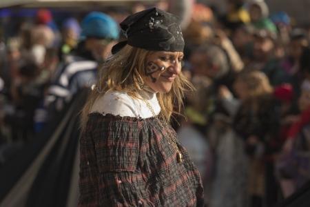 mujer pirata: pirata mujer en el desfile, MILAN, Italia - 16 de febrero: un vestido de mujer pirata en el desfile de Mil�n. Tiro en el Kid Editorial