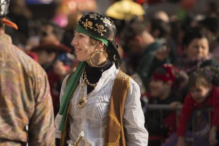 mujer pirata: mujer pirata sonriente en desfile, MILAN, Italia - 16 de febrero: una mujer vestida con traje de pirata sonrisas. Tiro en el Kid Editorial