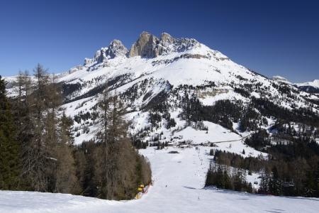 skipiste: Karerpass und Rotewand Blick von einer steilen Skipiste; malerischen Blick auf die Dolomiten Pass und der ber�hmten Bergkette, unter tiefblauem Himmel geschossen Lizenzfreie Bilder