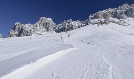 skipiste: Rosengarten und leer Laurin Piste, Karerpass, steilen Ski Dolomiten unter Felsen des ber�hmten Bergkette, im hellen Licht unter tiefblauem Himmel geschossen laufen