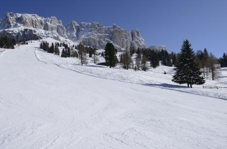 skipiste: Piste Laurin unter Rosengarten, Karerpass, Verk�rzung der langen Ski in den Dolomiten unter Felsen des ber�hmten Bergkette, im hellen Licht unter tiefblauem Himmel geschossen laufen Lizenzfreie Bilder