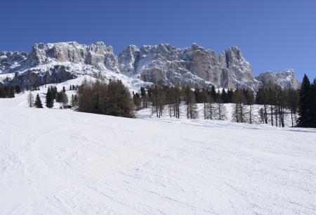 skipiste: wei� Skipiste und Rosengarten, Karerpass, Verk�rzung der verschneiten Piste in den Dolomiten unter Felsen des ber�hmten Bergkette, im hellen Licht unter tiefblauem Himmel geschossen