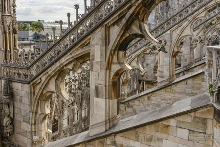 Detail der Bögen auf Marmor Fassade der antiken Kathedrale, erschossen an einem hellen Sommertag in Mailand, Lombardei, Italien Editorial