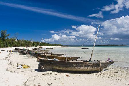 zanzibar: Vissersboten op het strand, de noordelijke kust van Zanzibar
