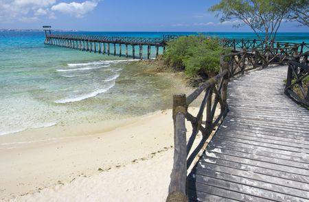 zanzibar: Een deel van het strand met houten mol op Gevangenis eiland, Zanzibar