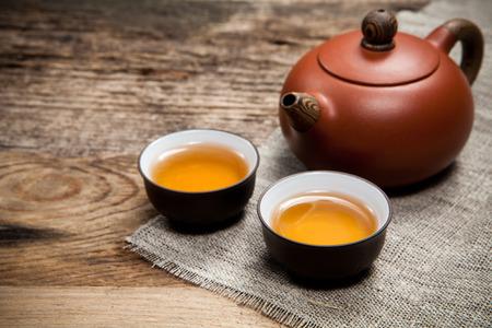 오래 된 나무 테이블에 찻 주전자와 차 컵 스톡 콘텐츠