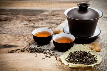 오래 된 나무 테이블에 주전자와 차 컵입니다. 평면도. 스톡 콘텐츠