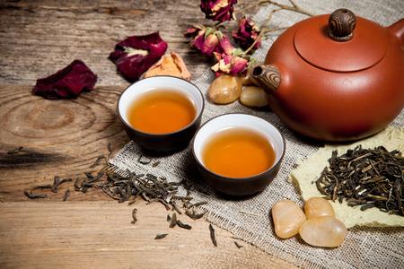 Teetassen mit Teekanne auf alten Holztisch Standard-Bild