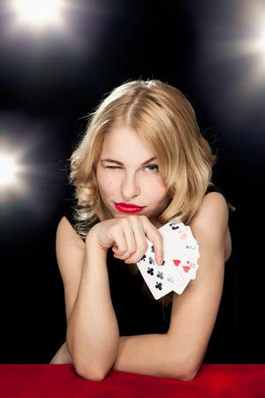 カジノでギャンブルで遊ぶ少女