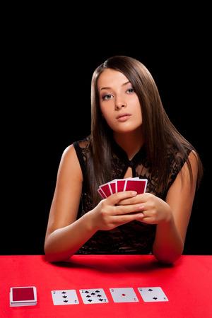 카지노에서 도박에서 재생하는 젊은 여자 스톡 콘텐츠