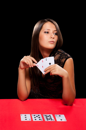 カジノでギャンブルを演奏若い女性