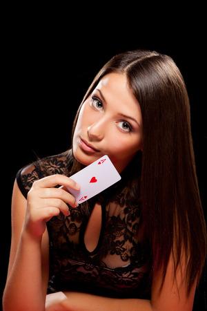 junge Frau, die in der Glücksspiel auf schwarzem Hintergrund Standard-Bild