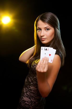 검은 배경에 도박에서 재생하는 젊은 여자