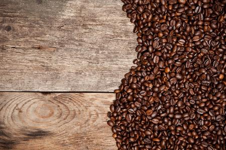 오래 된 나무 테이블에 커피 콩입니다. 평면도.