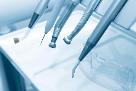 치과 의사의 사무실에서 치과 의사의 도구. 블루 톤.