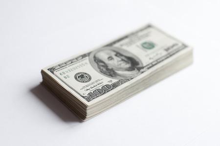 dollaro: Stack di centinaia di dollari su sfondo bianco