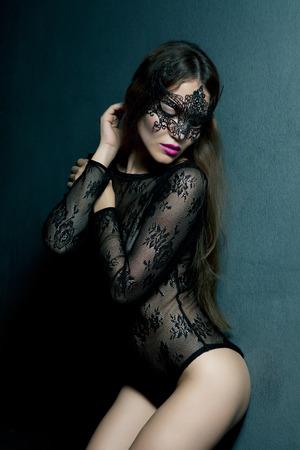 nude woman: Mujer morena sensual con el pelo largo que presenta en ropa interior