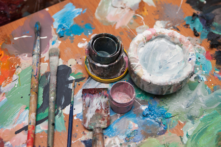 Oil paints and paint brushes on a palette Banque d'images