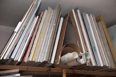 Old canvases on the stretcher, stretchers and canvases. Foto de archivo