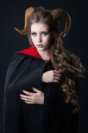 Portrait of an attractive demon woman with horns 免版税图像 - 134579593