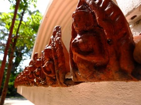 ordelijk: ordelijke kleine boeddha cijfer decoratie op de muur