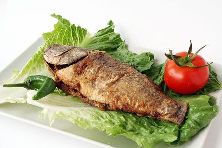 comida arabe: pescado frito con lechuga