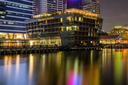 Marina Bay, Singapore - April 1 2018 : Fullerton Bay hotel view at night 新聞圖片