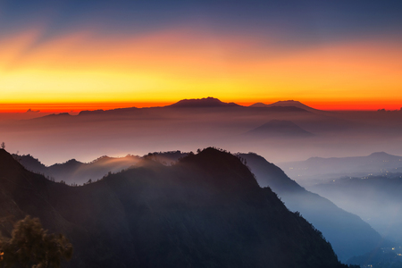 Silhouette Volcanoes mountains in Bromo Tengger Semeru National Park during Sunriset. Java, Indonesia Standard-Bild - 121092115